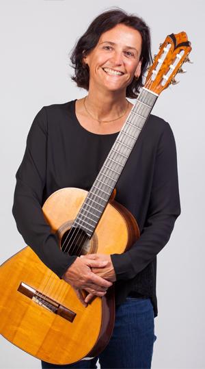 Elisabeth Trechslin mit Gitarre